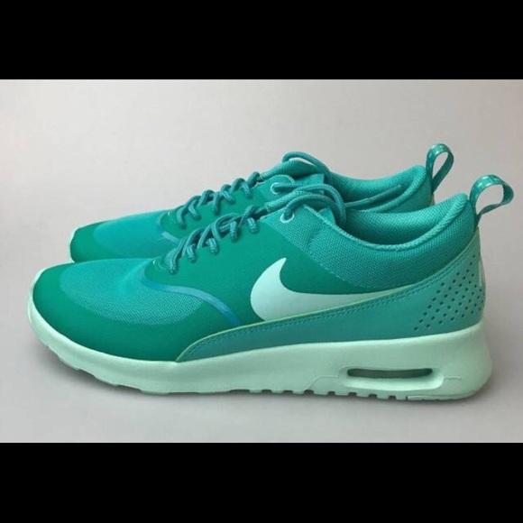 low priced e8eef 74a42 Women s Nike Air Max Thea - Like New! M 5a89e28b3800c5cb03fa9a60